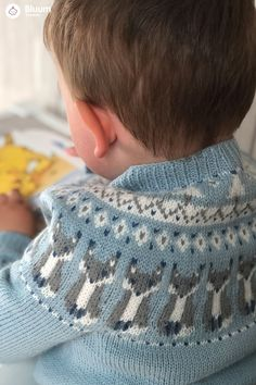 Deilig Reve-jakke i Pure Eco Baby Wool! Bluums egne strikkedesign får du kun i garnpakker med oppskrift på Bluum.no  Knitting For Kids, Baby Knitting Patterns, Diy Knitting Projects, Big Knit Blanket, Baby Barn, Diy Crafts How To Make, Big Knits, Knitted Baby Clothes, Mittens Pattern