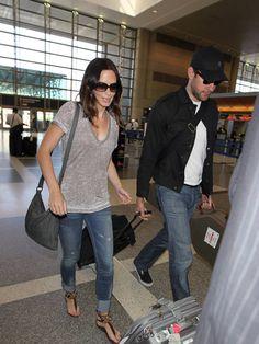 emily blunt street style | Emily Blunt john krasinski grå t-shirt jeans sandaler solglasögon ...