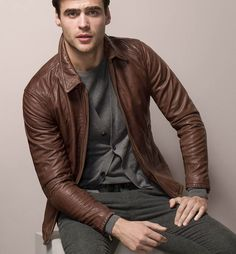 Relaxed but always stylish brown leather jacket. Massimo Dutti.