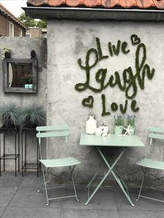 Live, laugh love kunstgras op de muur.