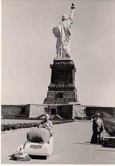 Barredora Tennant 24 limpiando la Estatua de la Libertad, a principios de los años 50