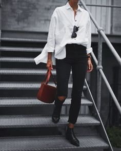 Over-sized White Shirt, Black Skinnies & Burnt Sienna accent. 31 Beautiful Looks That Will Make You Look Cool – Over-sized White Shirt, Black Skinnies & Burnt Sienna accent. Black Skinny Pants, Black Skinnies, Skinny Pants Outfits, Black Loafers, Looks Street Style, Looks Style, Simple Street Style, Street Style 2017, Simple Style