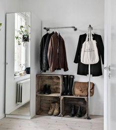 Dressing ouvert : une penderie avec des barres installées de deux façons différentes