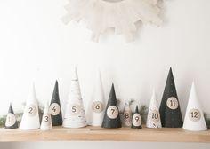 Voici un calendrier de l'avent à réaliser en moins d'une heure si vous êtes habiles avec une paire de ciseaux. Il vous faudra tout simplement réaliser de jolis cônes en papier sous lesquels vous glisserez de petits cadeaux.