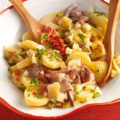 Rezepte für Kartoffelsalate gibt es in Deutschland sehr viele - diese schlesische Variante mit Matjes und Speck bekommt ihren ganz besonderen Geschmac...