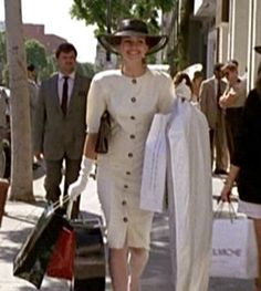 Pretty Woman: Julia Roberts dons a cream dress, white gloves and an amazing black hat while shopping on Rodeo Drive. Richard Gere, Julia Roberts, Mode Hollywood, Pretty Woman Movie, Derby Outfits, 90s Fashion, Womens Fashion, What Women Want, Dressed To The Nines