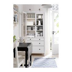 ダイニングからキッチンの入り口の両脇にガラスキャビネットを2台設置します。HEMNES ガラス扉キャビネット(引き出し×3) - ホワイトステイン - IKEA