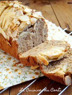 Cake aux pommes, amandes et cannelle: 2 pommes 150g de farine type 65 100g de sucre blond de canne 10cl de lait de soja 50g de farine de sarrasin 30g d'huile de colza 30g d'amandes en poudre 2 œufs 1 cuillère à café de cannelle 1 pincée de bicarbonate de soude Amandes effilées