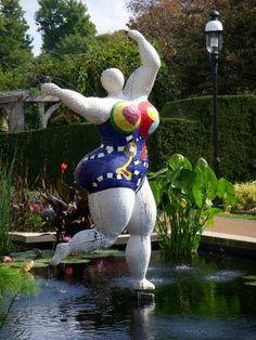 art of Niki de Saint Phalle in the botanical gardens of st louis