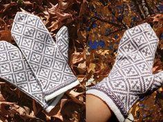 GRATIS MÖNSTER | STICKABOO Knitted Mittens Pattern, Knit Mittens, Knitting Socks, Mitten Gloves, Free Knitting, Knitting Patterns, Knitting Accessories, Fingerless Gloves, Arm Warmers