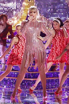 Swift performs new single Me! on The Voice season 16 finale Chase the rainbow like Taylor in trainers by Stella McCartney Taylor Swift performs on The Graham Norton Show Taylor Swift Outfits, Taylor Swift Hot, Long Live Taylor Swift, Taylor Swift Style, Taylor Swift Pictures, Taylor Swift Vestidos, Taylor Swift Wallpaper, Trends, Look At You