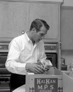 Paul Newman 1962 moving into new home. He even makes unpacking lightbulbs hot....