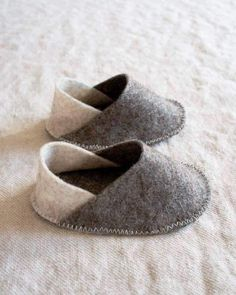Felt Baby Slippers, made of felt, shoes mold, you have seen the slipper pattern. The felt baby slippers are easy to make and very stylish. Sewing For Kids, Baby Sewing, Sew Baby, Sewing Kit, Pattern Sewing, Baby Crafts, Felt Crafts, Baby Diy Projects, Felt Baby Shoes