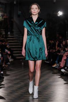 Filippa K | Ready-to-Wear - Autumn 2018 | Look 34 Stockholm Fashion Week, Fall Winter, Autumn, Green Fashion, Fashion Lookbook, Fashion 2018, Green Dress, Everyday Fashion, Sexy Lingerie