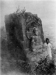 칠불암 마애석불의 사면불 가운데 남면 여래상(사진 출처: 조선고적도보, 1917년 출판)Pleasure from Emptiness
