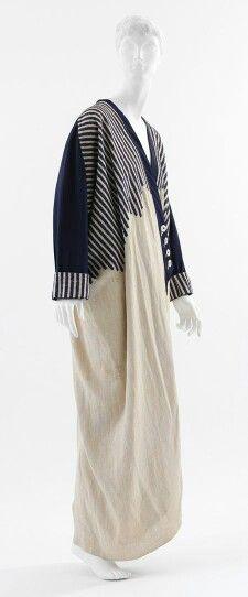 Chiếc váy này là 1 mẫu thiết kế của nhà thiết kế Paul Poiret  vào thập niên 1910,nó có kiểu dáng rất độc đáo và mới lạ, áo khoác  ngoài mỏng manh kết hợp với chân váy dài tạo nên sự sang trọng nhưng cũng không kém phần trẻ trung,ở phần cổ tay và thân áo có những chi tiết kẻ sọc ô vuông để tạo điểm nhấn. Em chọn bức ảnh này là bởi vì nó là mẫu thiết kế mới mẻ và độc đáo nhất của Paul Poret thời điểm đó  (Loại ảnh :product)