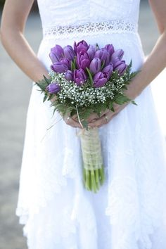 Tulip Bouquet: 17 Ideas to Delight Guests - Modern Tulip Bouquet Wedding, Small Flower Bouquet, Bride Bouquets, Floral Bouquets, Purple Wedding, Spring Wedding, Wedding Colors, Dream Wedding, Purple Tulips
