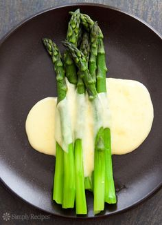 Asparagus with Hollandaise Sauce ~ Elegant steamed asparagus served with a Hollandaise butter sauce. #Easter ~ SimplyRecipes.com