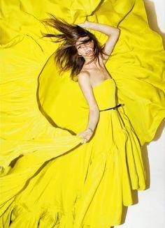 Hanneli Mustaparta in a stunning yellow dress by Jason Wu. Jaune Orange, Yellow Fashion, Mellow Yellow, Bright Yellow, Color Yellow, Yellow Style, Vogue, Lemon Yellow, Shades Of Yellow