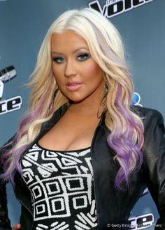 Christina Aguilera coloriu as pontas de seus cabelos loiros platinados com mechas em tom de lilás                                                                                                                                                                                 Mais
