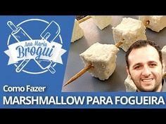 Ana Maria Brogui #186 + Manual do Mundo - Como fazer Marshmallow para Fogueira - Ingredientes: - 2 xícaras de açúcar - 1 colher de chá de essência de baunilha - 1 colher de sopa de glucose de milho - 2 pacotes de gelatina em pó sem sabor - 300 ml de água (divididos em duas partes de 150ml) - Açúcar de confeiteiro para polvilhar - 2 claras de ovo  Modo de preparo:  Assista o vídeo :D