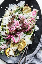 Gegrillter Romaine Caesar | Das moderne Proper Berry, Caesar Salat, Grilled Romaine, Fruit Salad Recipes, Cabbage, Vegetables, Popular, Food, Eten