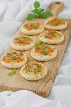 mini margherita pizza - tomatosauce,cheese, basil topping Baby shower food ideas - very simple and super easy baby shower food, dessert inspirations