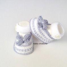 Chaussons bébé forme babies tricotés en laine et coton layette blanc et gris 0/3 mois@nana-creations.