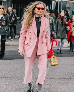Those curveball interview questions are stressful enough, so we put together a roundup of our favorite interview outfits so you don't have to stress. Street Style Blog, Street Style Women, Fashion Over 40, Fashion Week, Fashion Trends, Look Vintage, Vintage Ladies, Banana Republic Outfits, Collage Vintage