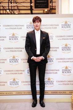 "Korea Ferrero Rocher Fan (MINOZ) Sign Event with the Ambassador of the Brand, Korean Actor Lee Min Ho at Hyundai Dept Store Time: 15:30 to 22:00 hours with the EVENT of ""Buon Natale"" ""Say Buon Natale"" Merry Christmas  페레로로쉐의 이탈리안 감성 크리스마스 이벤트에 참석한 이민호가 포토타임을 가지고 있다. [Korea Data News : 17 Dec 2015 @ 13:01:50 hours]"