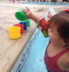 Transferindo água da piscina para os potinhos!
