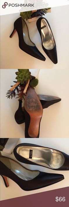 Stuart Weiztman Classic Satin shoes PreOwned Condition Stuart Weitzman Shoes