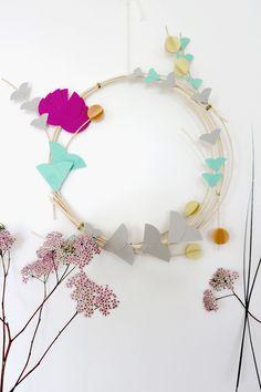 Es darf wieder gebastelt werden! Heute neu auf dem Blog – die DIY-Anleitung für diesen zarten Sommerkranz aus Rattan und Papierblüten. Mehr auf seelected.at