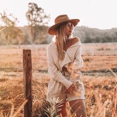 Forever chasing that afternoon glow🌾✨ ✨ Girl Senior Pictures, Poses For Pictures, Senior Pics, Creative Photoshoot Ideas, Photoshoot Inspiration, Autumn Photography, Girl Photography Poses, Western Photography, Senior Photo Outfits