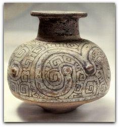 A arte marajoara é um tipo de cerâmica fruto do trabalho das tribos indígenas que habitavam a ilha brasileira de Marajó (estado do Pará), na foz do rio Amazonas, durante o período pré-colonial de 400 a 1400 d.C.  http://sergiozeiger.tumblr.com/post/99523832208/a-arte-marajoara-e-um-tipo-de-ceramica-fruto-do