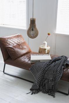 Mijn kleed dient dus op een bruin leren stoel te liggen!