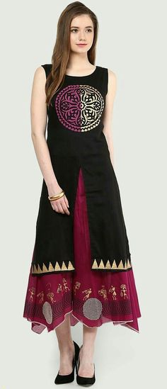 Looking for some ideas on hand embroidery kurti designs to give it an extraordinary look. Find big list of designer kurtis catalog for your idea. Simple and easy kurti patterns are listed here. Ethnic Fashion, Indian Fashion, Girl Fashion, Womens Fashion, Indian Look, Indian Wear, Kurti Patterns, Dress Patterns, Indian Dresses
