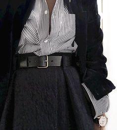 Ample jupette taille haute + chemise rayée généreusement déboutonnée glissée dans la jupe = le bon mix (Sushipedro)