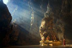 Un rayon de soleil illumine un temple bouddhiste construit au coeur d'une caverne birmane