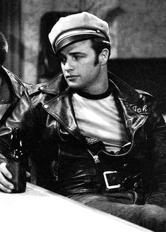 Marlon Brando, The Wild Ones Marlon Brando, Hollywood Actor, Hollywood Stars, Vintage Hollywood, Classic Hollywood, Vans Old Skool Noir, Last Minute Halloween Kostüm, 50s Outfits, Grunge Outfits