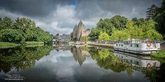 Le Canal de Nantes à Brest et le Château de Josselin en toile de fond - Morbihan - Bretagne