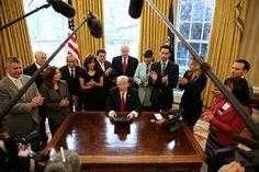 Bertujuan untuk memangkas peraturan federal, Trump tanda-tanda 'satu, dua' agar