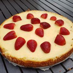 Heerlijke koolhydraatarme cheesecake met aardbeien en een bodem van kokosmeel.