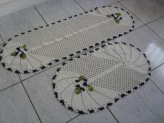Crochê Fascínio: Tapetes ovais com flores aplicadas....