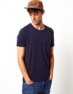 T-Shirt von ASOS aus 100% reiner Baumwolle weiches Jersey Klappentasche an der Brust normale Passform Stöbern Sie nach Basic-T-Shirts mit Rundhalsausschnitt von ASOS in anderen Farben.