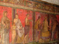 Pompei. villa des Mystères. Une des demeures les plus somptueuses de Pompéi est la maison des Vettii. La partie inférieure des murs est parcourue d'une frise. Des fresques somptueuses décorent les pièces. La villa des Mystères doit son nom à la frise de vastes dimensions qui représente les moments principaux d'un rite d'initiation aux mystères dionysiaques. L'interprétation des scènes est incertaine car ces rites sont peu connus.