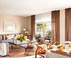 00424403. Salón en tonos cálidos junto al comedor con un sofás gris y ventanal a la terraza_00424403