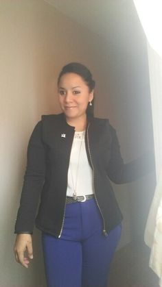 Saco  negro NIOBE blusa blanca ALMENDRA  y pantalon azulino ETC WOMAN.
