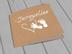 Jacqueline | uniek | origineel | geboortekaartje | vintage | rustiek | natuurlijk | kraft | karton | baby | meisje | jongen | voetjes | hart | witte inkt | Studio Altena | kan kosteloos worden aangepast met de kleur van jullie keuze!