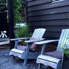 Hopen op hééél snel weer mooi weer om heerlijk hier weer te zitten op nieuwe stukje terras mét namiddagzon☀️ ________________________________________________________ #terras #buitenleven #tuinstyling #loungen #relax #kijkjeindetuin #myhome #gardeninspo #nordicstyle #karwei #stoerwonen #zwartwitwonen #tuinontwerp #doggy #grijs #zwart #black #mygarden #instagarden